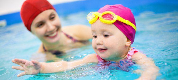 תמנות תינוקת ואמא בבריכה