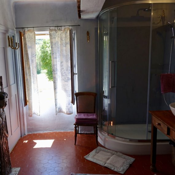 Grande salle d'eau et douche
