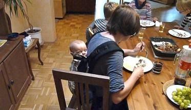 Essen mit Kind in der Trage - Alltagsgeschichten - Mutteranteile im Lupus-Leben