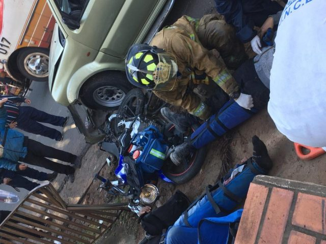 Una colisión entre un automóvil y una motocicleta dejó como saldo dos heridos en la mañana de este sábado en el microcentro de la ciudad de Luque.