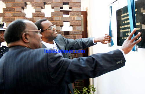 Vice president George Kunda (l) and Chief Justice Ernest Sakala launch the small claims court in Lusaka