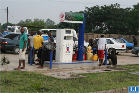 (Mongu Fuel Shortage) Taxi drivers with container waiting for hour fuel at kobil filling station. Picture by ROYD SIBAJENE/ZANIS/MONGU