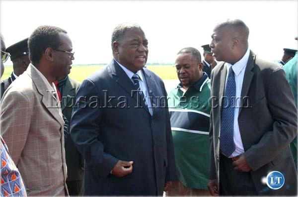President Rupiah Banda talks to Vice President George Kunda and Secretary to the Cabinet Joshua Kanganja before he left for Angola at Lusaka International Airport