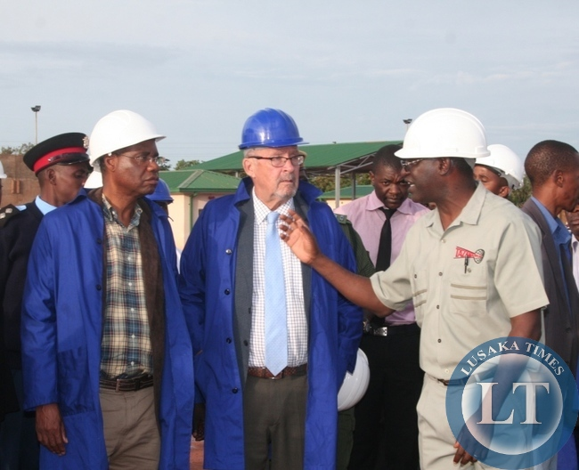 Acting President  Guy Scott talks to Tazama pipiline managing director Davison Thawethe (r) during the tour of newly constructed Solwezi Fuel Depot on Thursday in Solwezi as Local government minister Emmanuel Chenda (l) looks on