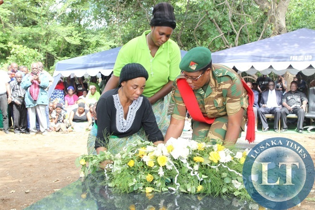 he widow,Esther Mulimba, the wife of the former Defence Minister in UNIP era, Lavu  Mulimba laying the wreath during the official burial in Petauke.