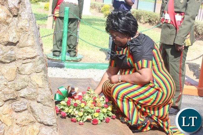 Tourism and Arts Minister Jean Kapata laying a wreath at Civic Centre in Kabwe in remembrance of the fallen heroes and heroines who fought for Independence