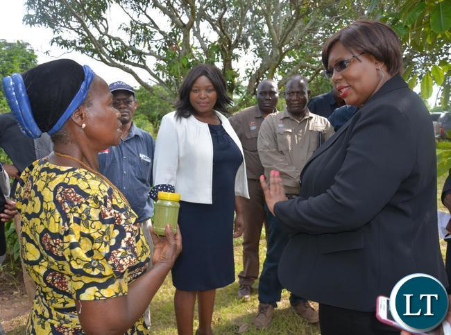 Melania Chipungu(l) a Farmer from Ibex Hill extension explainig how Molinga works to the Minister of Agriculture Dora Siliya(r)
