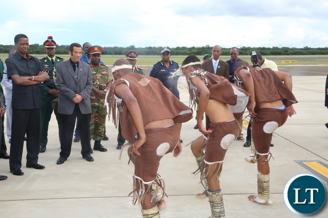 Matsosangwao traditional arts group welcomes President Edgar lungu (l) flanked by Botswana President Dr. Ian Khama shortly after his arrival at Kasane Airport