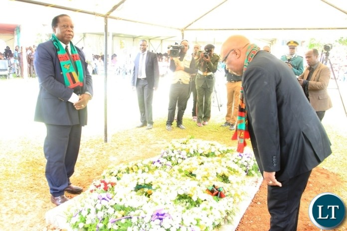 Former Vice- President Enock Kavindele(left) and Never Mumba laying wreaths on the grave of the late former Vice- President ,Lupando Mwape in Lusaka