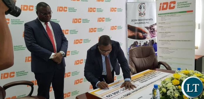 IDC Group CEO Mateyo Kaluba addressing members of the press (not in picture) before the dividend cheque presentation by ZCCM-IH. Next to Mr Kaluba is ZCCM-IH acting CEO Mabvuto Chipata