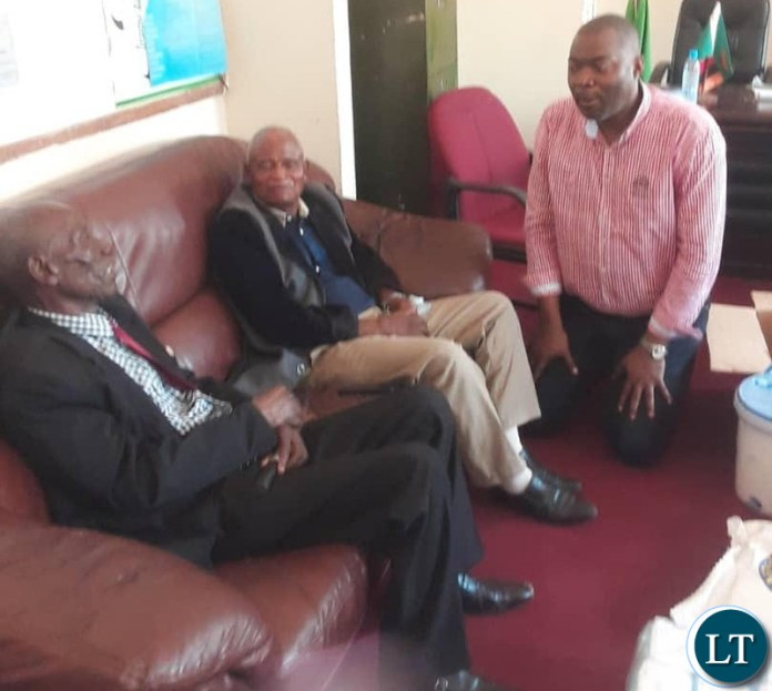 Lusaka Province Minister Bowman Lusambo kneels to greet Chiefs Mphuka and Mbuluma in Luangwa on Thursday