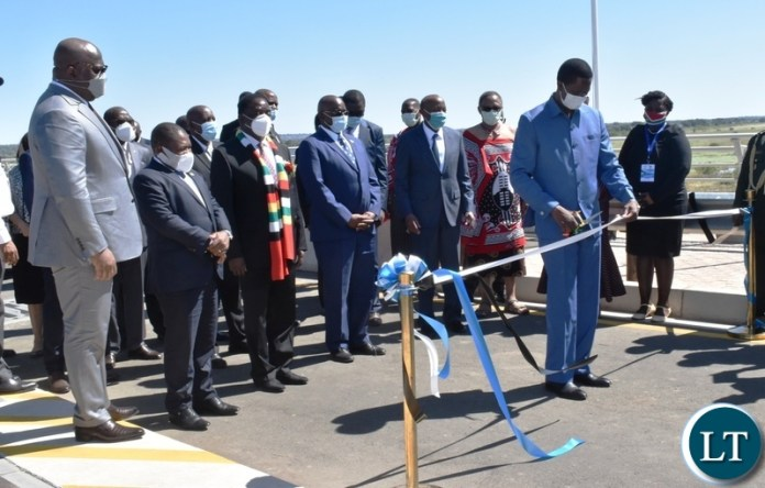 President Edgar Lungu cuts the ribbon to officially open the Kazungula bridge on the Zambian side whilst other Heads of state look on