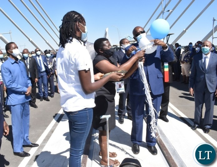 President of Botswana Mokgweetsi Masisi pops the baloons to officially open the Kazungula bridge from the Botswana side whilst other heads of states look on