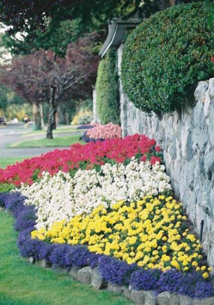 flower garden landscaping 33 Beautiful Flower Beds Adding Bright Centerpieces to