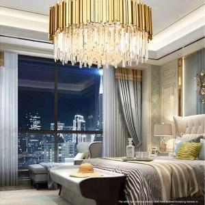 Lustre rond doré sur le plafond dans une chambre