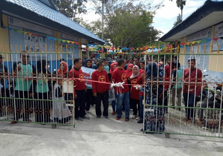 Pengguntingan Pita oleh Wabup Luwu Timur Irwan Bachri Syam sebagai tanda dimulainya acara Reuni Akbar SMP Negeri 3 Malili