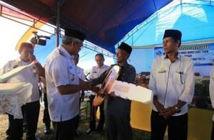 Husler Serahkan Mobil Operasional Desa