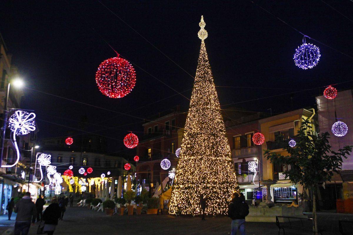 In italia, ormai da anni, ci aspettiamo luminarie natalizie bellissime e che possiamo sicuramente considerare tra le più belle del mondo. Luminarie Natalizie Le Luci Piu Belle Nelle Piazze D Italia