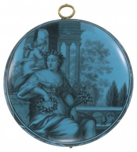 """""""Flore et Cupidon"""" Montre bassine en """"grisaille"""" sur fond bleu mourant - Henry Grendon, Londres. Email attribué à un atelier huguenot établi à Londres - vers 1645-50."""