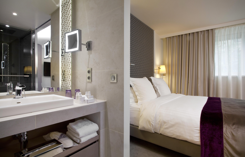salle de bains deluxe ouverte sur chambre la villa maillot spa paris luxsure. Black Bedroom Furniture Sets. Home Design Ideas