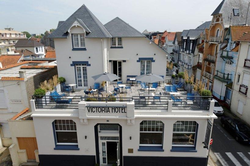 La façade de l'hôtel avec sa sublime terrasse