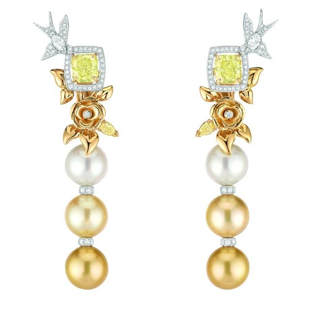 Boucles d'oreilles « Envolée Solaire » en or blanc et jaune 18 carats sertis de 2 diamants jaunes taille radiant de 3 carats chacun, 2 diamants blancs taille marquise, 2 diamants jaunes taille poire, 104 diamants taille brillant pour un poids total de 1,2 carat et 6 perles de culture des Mers du Sud de 12,6 à 12,8 mm de diamètre.