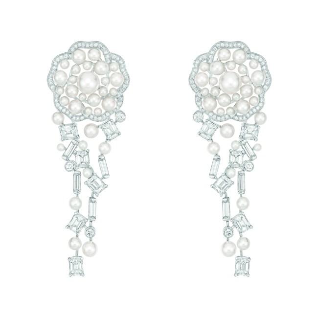 Boucles d'oreilles « Pluie de Camélia » en or blanc 18 carats serti de 20 diamants taille émeraude pour un poids total de 6,5 carats, 312 diamants taille brillant pour un poids total de 1,3 carat et 64 perles de culture du Japon.