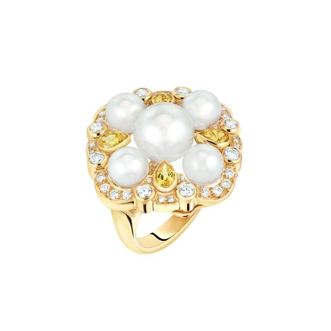 Bague « San Marco » petit modèle en or jaune 18 carats serti de 40 diamants taille brillant, 4 saphirs jaunes taille poire et 5 perles de culture du Japon dont une centrale de 9,2 mm de diamètre.