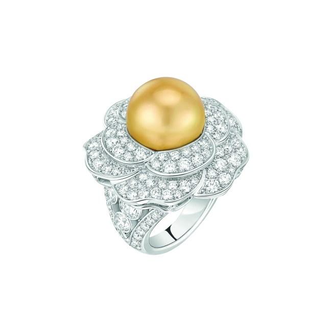 Bague « Printemps de Camélia » en or blanc 18 carats serti de 134 diamants taille brillant pour un poids total de 4,5 carats et 1 perle de culture des Mers du Sud de 13 mm de diamètre.