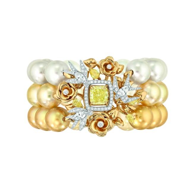 Bracelet « Envolée Solaire » en or blanc et jaune 18 carats sertis d'un diamant jaune taille radiant de 3 carats, 127 diamants blancs taille brillant pour un poids total de 1,6 carat, 3 diamantsblancs  taille marquise pour un poids total de 1 carat, 4 diamants jaunes taille poire pour un poids total de 1 carat et 41 perles de culture des Mers du Sud de 12 à 13 mm de diamètre.