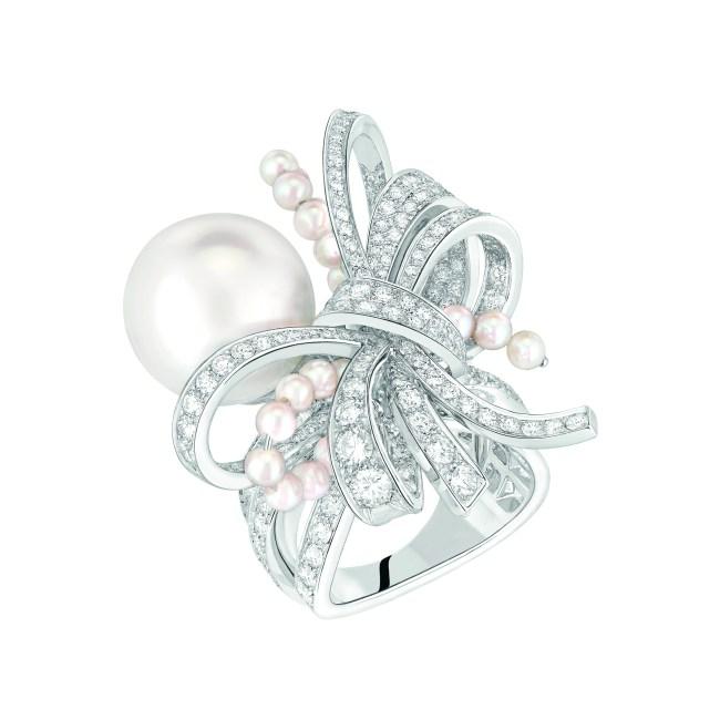 Bague « Perles de Couture» en or blanc 18 carats serti de 205 diamants taille brillant pour un poids total de 3,2 carats, 1 perle de culture des Mers du Sud de 13,7 mm de diamètre et 24 perles de culture du Japon.