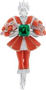 Or blanc, or rose, saphirs roses et violets, corail rouge, diamants ronds, tailles poire et rose, une émeraude taille émeraude de 2,25 carats (origine : Brésil).
