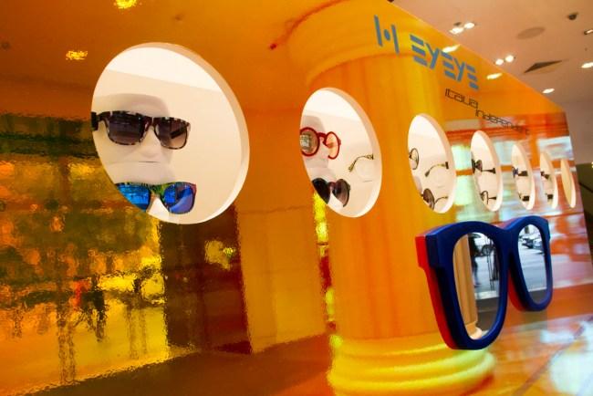 Showroomprive.com propose des ventes privées à ses membres. Pour accéder à nos ventes privées, c'est simple il suffit de s'inscrire gratuitement en ouvrant un compte. Vous accéderez ainsi à plus de 20 ventes privées par semaine de grandes marques : vêtements (pantalons, pulls, manteaux, t-shirt, robes), accessoires de mode (lunettes de soleil, cravates, montres, bijoux), maroquinerie (sacs à main, portefeuilles, etc.), cosmétique, lingerie, enfants (jouets et vêtements), décoration et équipement pour la maison et bien d'autres produits ! Showroomprive.com le meilleur de la vente privée sur Internet.