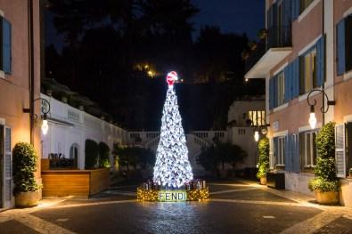 ROMA, ITALIA - 9 DICEMBRE 2015: Albero di Natale Fendi all'Hotel De Russie a Roma il 9 dicembre 2015.