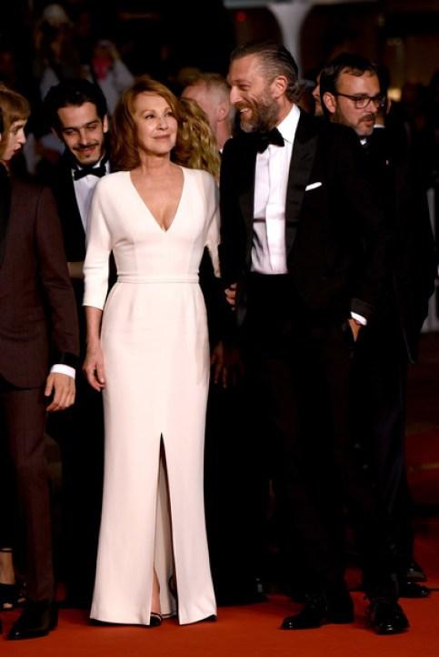 Nathalie Baye porte une robe en crêpe sur mesure.