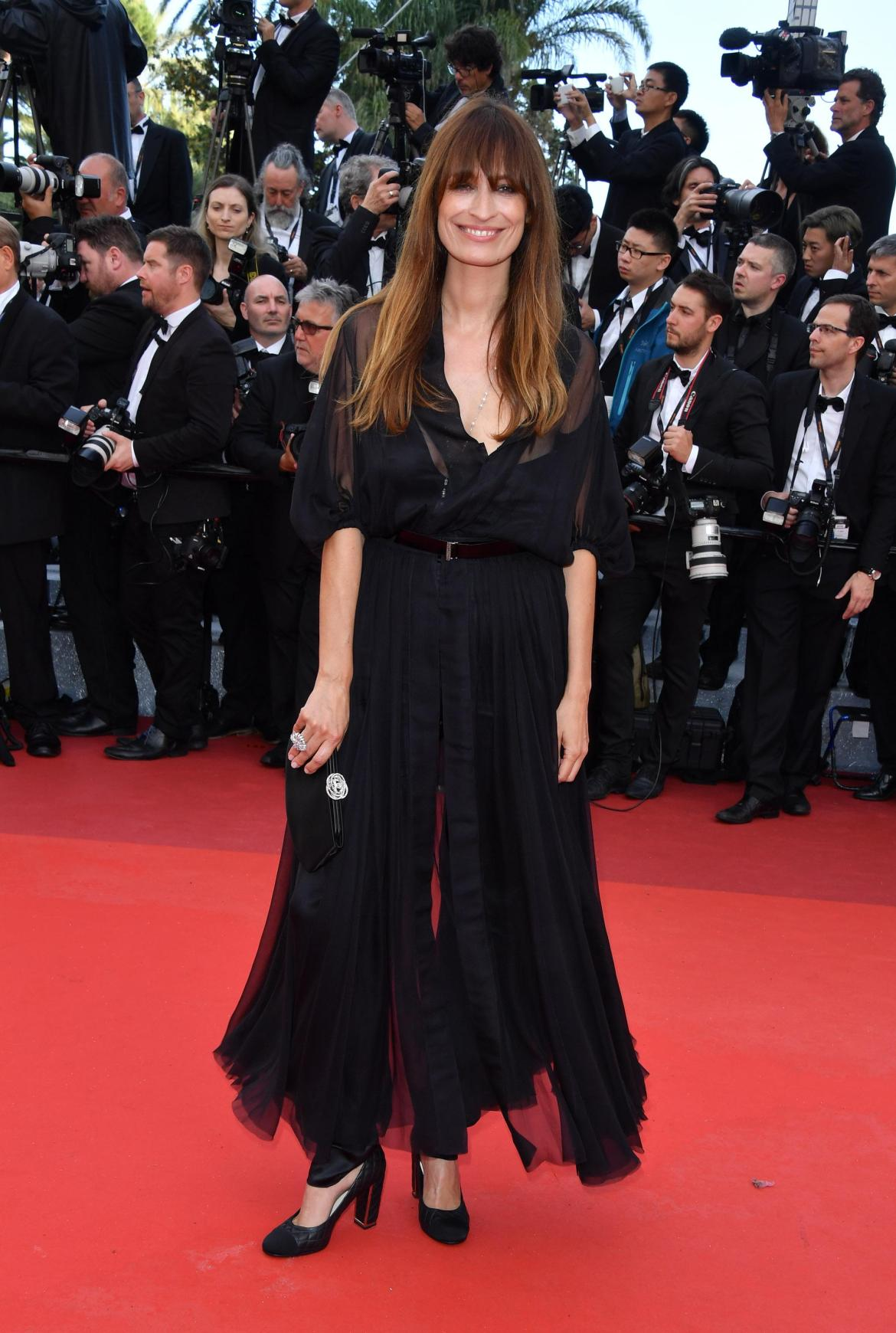 "Caroline DE MAIGRET portait un collier ""Perles de Couture"" en or blanc 18K, diamants et perles de culture, et une bague ""Attirante"" en or blanc 18K et diamants CHANEL Joaillerie. Elle portait une robe CHANEL de la collection de la collection Haute Couture Printemps-Eté 2015."