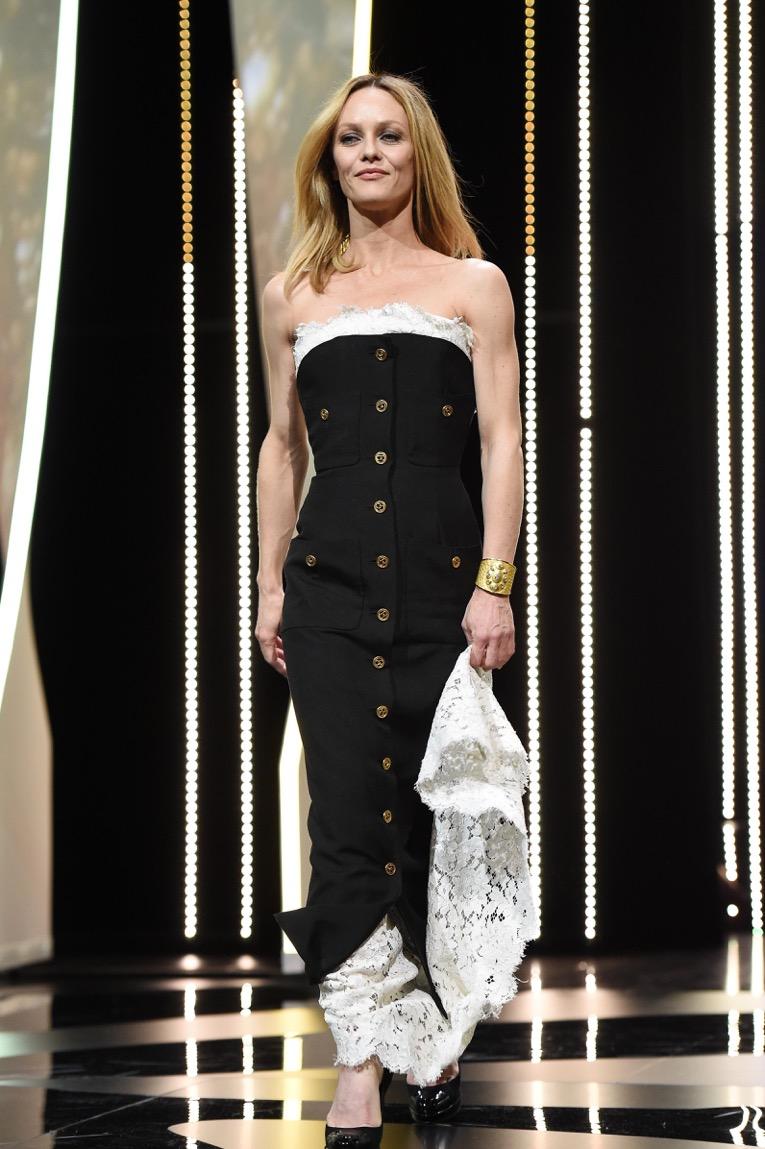 """Vanessa PARADIS portait une manchette """"Solaire"""" en or jaune 18K et diamants CHANEL Joaillerie. Elle portait une robe CHANEL de la collection Haute Couture Printemps-Eté 1986."""