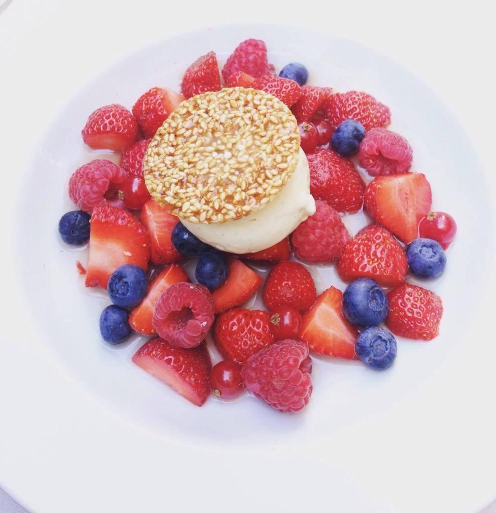 La salade de fruits rouges avec sa boule de vanille.