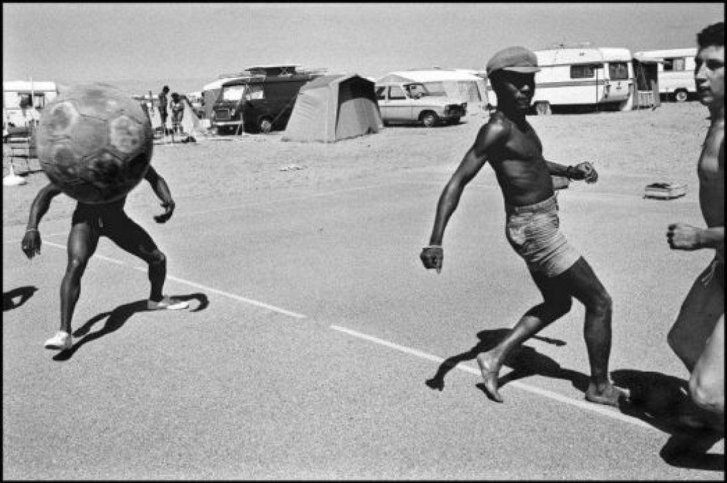 Camping. Argeles-Sur-Mer, Languedoc-Roussillon, France. 1976 © Guy Le Querrec : Magnum Photos