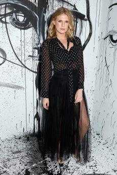 Alexandra Richards portait une chemise en soie à pois noirs et blancs Dior avec une jupe en tulle à pois noirs Dior. Elle portait également des souliers Dior « BabyD » et un sac Dior « Addict ».