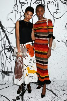 Jourdana Phillips portait un top en cachemire noir Dior avec une jupe en coton imprimé Dior. Elle portait également des bottines Dior « Naughtily D » et un sac « J'Adior ». Alicia Bruke portait une robe colorée en crochet Dior. Elle portait également un sac Dior et des souliers Dior.