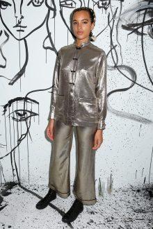Phoebe Collings-James portait une veste en soie dorée sur un pantalon en soie dorée Dior.