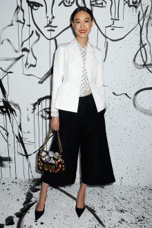 Shu Pei portait une veste en soie blanche Dior, une blouse en soie blanche à pois noirs Dior et un pantalon en laine noire Dior. Elle portait également des souliers Dior et un sac « J'Adior ».