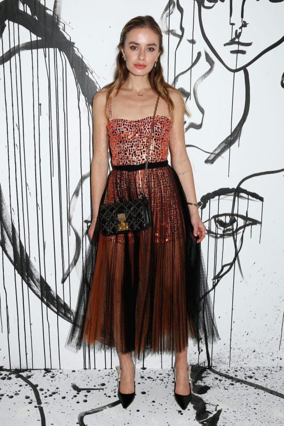 Sonya Esman portait un combishort rebrodé d'une mosaïque miroir rouge Dior avec une jupe en tulle plissé noir et orange Dior. Elle portait également des souliers Dior et un sac Dior « Addict ».