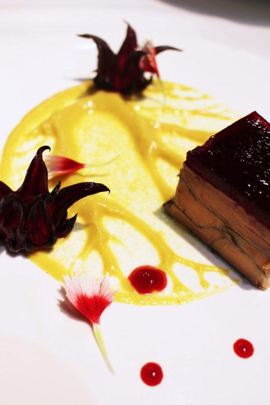 Terrine de foie gras pressé de Saint-Joseph, gelée de bissap & compotée de kaki au gingembre mangue