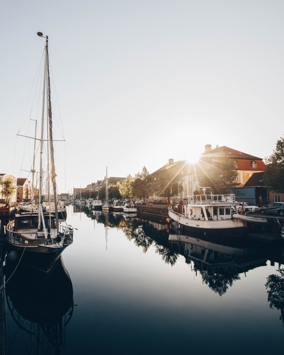 A quiet morning in the canals around Christianshavn. Boats, ships and house boats are taking up space in the calm water.