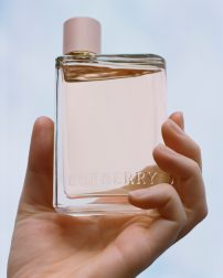 2018_BEAUTY_FRAGRANCE_HER_CAMPAIGN_SUPPORTING_BOTTLE_HIGH_RES_RGB_CROPPED_01