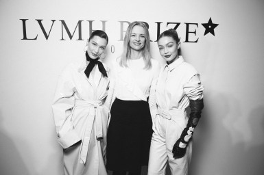 LVMH PRIZE 2019 COCKTAIL - BELLA HADID AND GIGI HADID AND DELPHINE ARNAULT © VIRGILE GUINARD