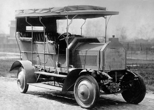 The 'Dernburg-Wagen' featured not only four-wheel drive but was also equipped with four-wheel steering to aid manoeuvrability.