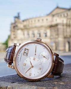 With the A. Lange & Söhne Grand Lange 1, the move­ment has been a totally re­developed to provide a pleasingly flat design. With a diameter of 40.9 milli­metres, the case (available in rose and yellow gold or platinum) is only 8.8 millimetres high, provi­ding an extremely harmonious ratio of width to height. In addition it has been possible to transfer the precisely balanced dial arrangement of the Lange 1 to the larger model without any overlapping.